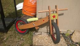 国外牛人父母为2岁女儿过生日DIY自制平衡车_童骑士网_儿童平衡车、滑步车、小轮车、学步车知识科普网