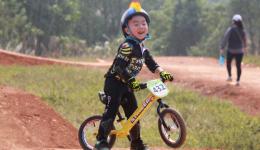 儿童平衡车比赛和正式训练都是运动量极大的,在这之前,我们的童骑士需要热身活动才能减少不利因素