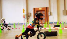 今年冬天好多童骑士因为玩雪或者冻着了生冻疮导致玩儿童平衡车也不利索了,家长该怎么办呢